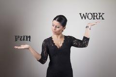 Ung affärskvinna som väger alternativ arkivfoton
