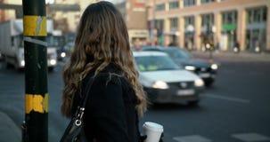 Ung affärskvinna som väntar på en genomskärning i centrala Stockholm lager videofilmer