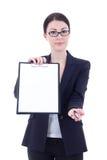 Ung affärskvinna som visar den tomma tomma skrivplattan och ger pe Arkivbild