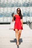 Ung affärskvinna utomhus på en sommardag arkivbilder