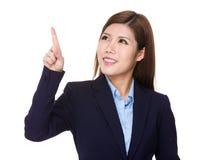 Ung affärskvinnablick på fingerhandlaget på imaginärt PA Arkivbild