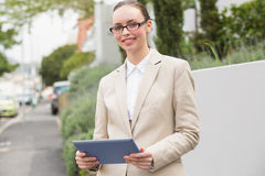 Ung affärskvinnaUsing Tablet PC Arkivfoton