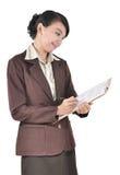 Ung affärskvinnawriting på en mapp Arkivbilder