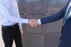 Ung affärsman, affärspartner, vänner möts och G för grabb som två arkivbilder
