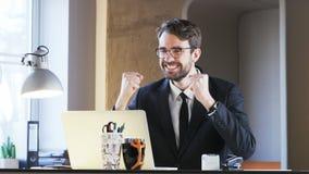 Ung affärsman Excited During Work lager videofilmer