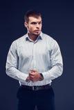 Ung affärsman för mode på mörk bakgrund Royaltyfri Foto