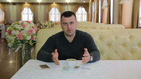 Ung affärsman Giving Interview To kameran arkivfilmer