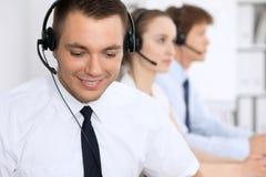 Ung affärsman i hörlurar med mikrofon för felanmälansmitt för bakgrund 3d bilder isolerade white Arkivfoto