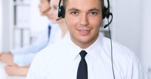 Ung affärsman i hörlurar med mikrofon för felanmälansmitt för bakgrund 3d bilder isolerade white Royaltyfri Foto