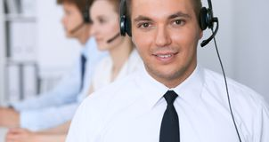 Ung affärsman i hörlurar med mikrofon för felanmälansmitt för bakgrund 3d bilder isolerade white Royaltyfria Foton
