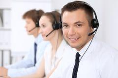 Ung affärsman i hörlurar med mikrofon för felanmälansmitt för bakgrund 3d bilder isolerade white Arkivbild