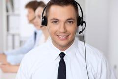 Ung affärsman i hörlurar med mikrofon för felanmälansmitt för bakgrund 3d bilder isolerade white Royaltyfria Bilder