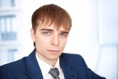 Ung affärsman i regeringsställning Arkivfoto