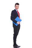 Ung affärsman med en blå clipboard Royaltyfria Foton