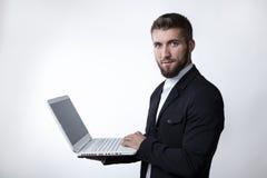 Ung affärsman med en laptob Arkivfoto