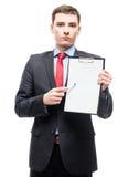 Ung affärsman med en mapp i som ett tomt ark av papper Arkivbilder