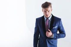 Ung affärsman med handen på omslagsslag royaltyfri fotografi