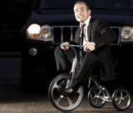 Ung affärsman på cykeln Royaltyfri Bild