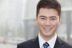 Ung affärsman Smiling och se in i kameran, stående Royaltyfri Fotografi