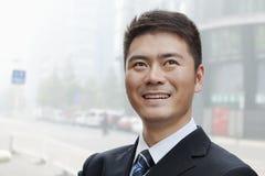 Ung affärsman Smiling och se upp, stående Royaltyfria Bilder