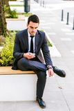 Ung affärsman som använder Smartphone Arkivbild