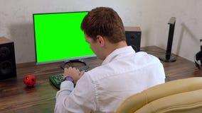 Ung affärsman som arbetar till en stopptid arkivfilmer