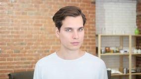ung affärsman som förnekas för att göra något: head gest som ska sägas inte arkivfilmer