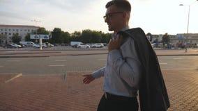 Ung affärsman som går på stadsgatan och möter hans vän eller kollega utomhus- affärshandskakning Skaka av stock video
