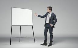 Ung affärsman som gör en föreläsning om affär Arkivfoton