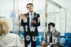 Ung affärsman som ger presentation arkivbilder