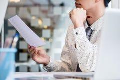 Ung affärsman som granskar dokumentkonferensen som arbetar Plannin arkivbilder