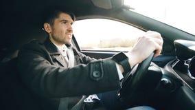 Ung affärsman som kör bilen som mycket är uppriven och som är stressad efter hårt fel och inflyttningtrafikstockning Royaltyfria Bilder