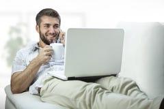 Ung affärsman som kopplar av efter arbete Arkivbilder