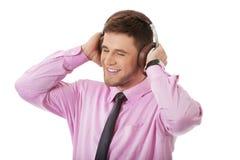 Ung affärsman som lyssnar till musik Arkivbilder