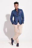Ung affärsman som poserar med korsade ben Fotografering för Bildbyråer