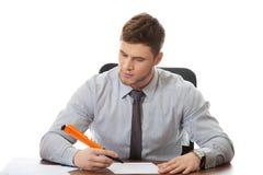 Ung affärsman som skriver en anmärkning Arkivbilder