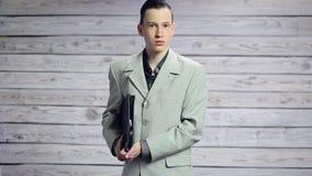 Ung affärsman som spelar på portföljen som en gitarr stock video
