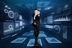 Ung affärsman som sprintar inom binär kod arkivfoton