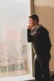 Ung affärsman som talar på hans smarta telefon Arkivfoto