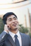 Ung affärsman Talking på mobiltelefonen fotografering för bildbyråer