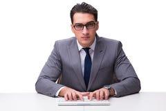 Ung affärsmanmaskinskrivning på ett tangentbord som isoleras på den vita backgroen royaltyfri bild