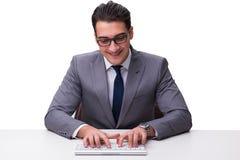 Ung affärsmanmaskinskrivning på ett tangentbord som isoleras på den vita backgroen Arkivfoton