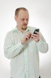 Barnmanmaskinskrivning på mobie ringer Arkivfoton