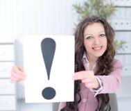 Ung affisch för visning för affärskvinna med en utroppunkt arkivfoton