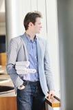 Ung affärsman alone i konferenslokal Royaltyfria Foton