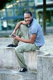 Ung afrikansk amerikan som lyssnar till musik Arkivbilder