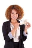 Ung afrikansk amerikanaffärskvinna som rymmer en euroräkning - Afri Arkivfoto