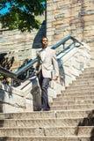 Ung afrikansk amerikanaffärsmanresande i New York City arkivfoton