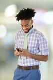 Ung afrikansk amerikanaffärsman Using Cell Phone Fotografering för Bildbyråer