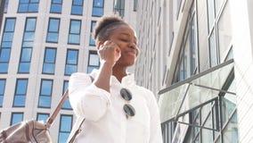 Ung afrikansk amerikandam som är på turen för affär för sommartid arkivfilmer